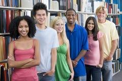 Gruppe Hochschulstudenten in der Bibliothek Stockfotografie