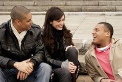 Gruppe Hochschulstudenten, die auf Jobstepps sitzen Lizenzfreies Stockfoto