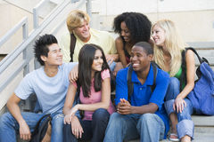 Gruppe Hochschulstudenten, die auf Jobstepps sitzen stockfoto