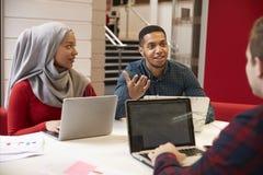 Gruppe Hochschulstudenten, die auf Projekt zusammenarbeiten stockfoto