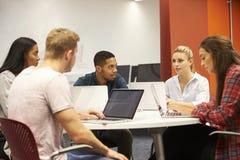 Gruppe Hochschulstudenten, die auf Projekt zusammenarbeiten lizenzfreies stockfoto