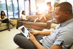 Gruppe Hochschulstudenten, die im Mehrbettzimmer sich entspannen lizenzfreie stockfotos