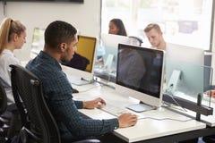 Gruppe Hochschulstudenten, die on-line-Betriebsmittel verwenden stockfotografie