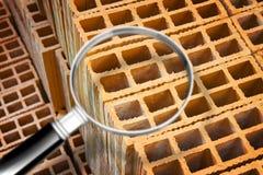 Gruppe hohle Ziegelsteine benutzt, um helle Fächer innerhalb der Gebäude in einer italienischen Baustelle zu machen - Konzeptbild lizenzfreies stockfoto