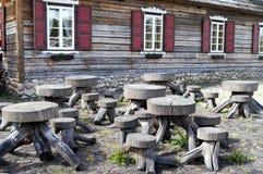 Gruppe Holztisch und Bänke Stockfotografie