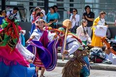 Gruppe im lokalen Kostüm, das traditionellen Tanz des Ecuadorian - Quito, Ecuador durchführt Lizenzfreie Stockfotos