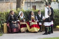 Gruppe im traditionellen sardinischen Kostüm Stockfotografie