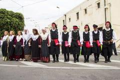 Gruppe im traditionellen sardinischen Kostüm Lizenzfreie Stockfotos