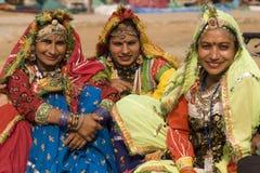 Gruppe indische Tänzer im traditionellen Kleid Stockfotos