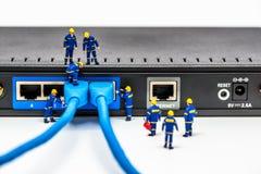Gruppe Ingenieure, die Fasernetzkabel anschließen lizenzfreies stockfoto