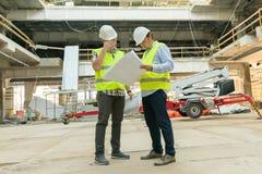 Gruppe Ingenieure, Erbauer, Architekten auf der Baustelle Bau-, Entwicklungs-, Teamwork- und Leutekonzept stockbilder