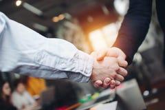 Gruppe Ingenieure rütteln Hände, nachdem sie erfolgreich Fragen gelöst hat Lizenzfreies Stockfoto