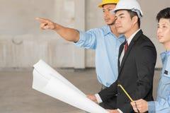 Gruppe Ingenieure und Architekten besprechen sich an einer Baustelle Stockfotografie