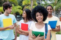 Gruppe internationale Studenten auf dem Campus Stockfotografie