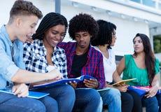 Gruppe internationale Studenten, die draußen auf dem Campus lernen stockbilder
