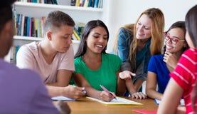 Gruppe internationale Studenten, die für Diplom sich vorbereiten stockbilder