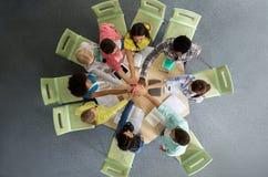 Gruppe internationale Studenten, die Hoch fünf machen Lizenzfreies Stockbild