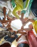 Gruppe internationales Studentenhändchenhalten Stockbild