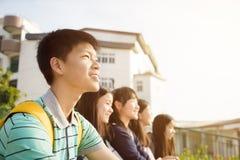 Gruppe Jugend-StudentsÂ-Sitzen lizenzfreies stockfoto