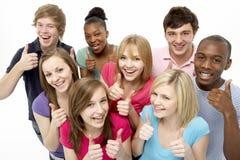 Gruppe Jugendfreunde im Studio stockfotos