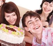 Gruppe Jugendliche feiern alles Gute zum Geburtstag. stockbilder
