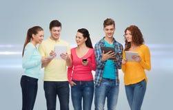 Gruppe Jugendliche mit Smartphones und Tabletten-PC Lizenzfreie Stockfotografie