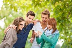 Gruppe Jugendlichen, die für eine Gruppenphotographie aufwerfen Lizenzfreie Stockfotografie