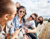 Gruppe Jugendlichen, die heraus hängen Stockbild