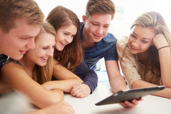 Gruppe Jugendlichen zusammen erfasst um Digital-Tablet Stockbild