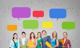 Gruppe Jugendstudenten mit Ordnern und Taschen Lizenzfreie Stockfotos