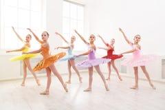 Gruppe junge Balletttanz-Studentenausführung stockbild