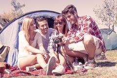 Gruppe junge erwachsene aufpassende Fotos auf Digitalkamera Lizenzfreies Stockfoto