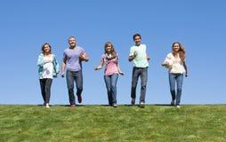 Gruppe junge Erwachsenen, die draußen spielen Stockbild
