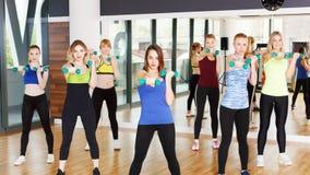 Gruppe junge Frauen in der Eignungsklasse Stockbilder