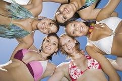 Gruppe junge Frauen in der Kreisansicht von unterhalb des Porträts Lizenzfreie Stockfotografie