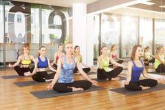 Gruppe junge Frauen in der Yogaklasse Stockfotografie