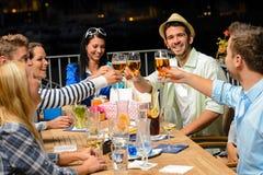 Gruppe junge Freunde, die draußen Bier trinken Lizenzfreie Stockbilder