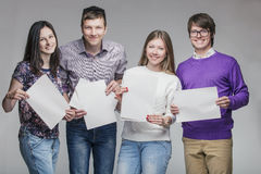 Gruppe junge Freunde mit Anzeigenbrett Stockfotografie