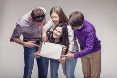 Gruppe junge Freunde mit Anzeigenbrett Lizenzfreies Stockfoto