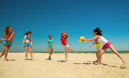 Gruppe junge frohe Mädchen, die Volleyball spielen Stockbilder