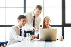 Gruppe junge Geschäftsleute, die im Büro arbeiten lizenzfreie stockbilder