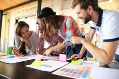 Gruppe junge Geschäftsleute, Startunternehmer, die an ihrem Risiko in coworking Raum arbeiten Stockfotografie