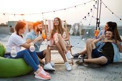 Gruppe junge glückliche Freunde, die Partei und Spaß haben stockfoto