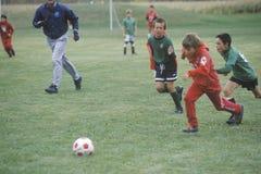 Gruppe junge Jungen, die Fußball spielen lizenzfreies stockbild