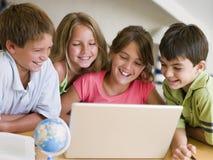 Gruppe junge Kinder, die ihre Heimarbeit tun Stockfotografie