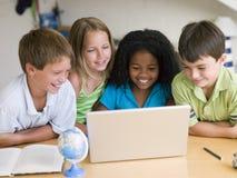 Gruppe junge Kinder, die ihre Heimarbeit tun Stockbilder
