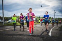 Gruppe junge Läufer und Kinder, die zusammen laufen lizenzfreies stockbild