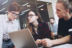 Gruppe junge Leute arbeiten an einer neuen Idee Teamwork in a.m. Lizenzfreie Stockfotografie