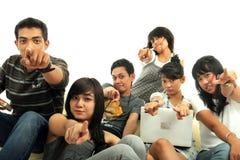 Gruppe junge Leute auf Sofa Stockfotografie