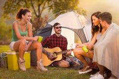 Gruppe junge Leute des Hippies auf Camping-Ausflug Stockfoto
